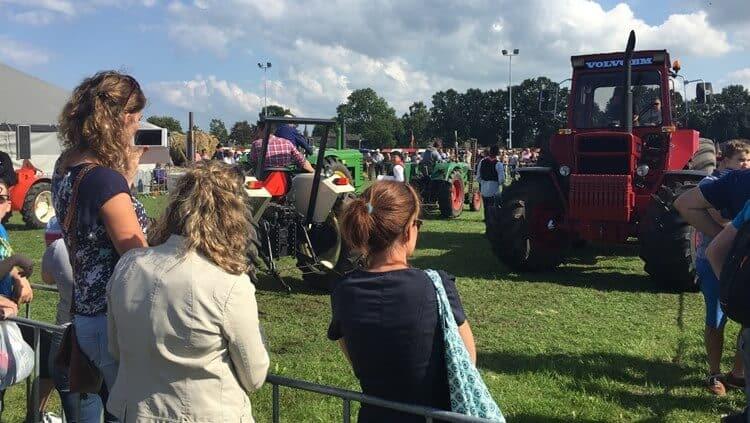 Het_publiek_geniet_van_de_tientallen_tractoren_[1]